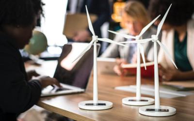 Kleine Modell-Windräder angetrieben mit Solarenergie