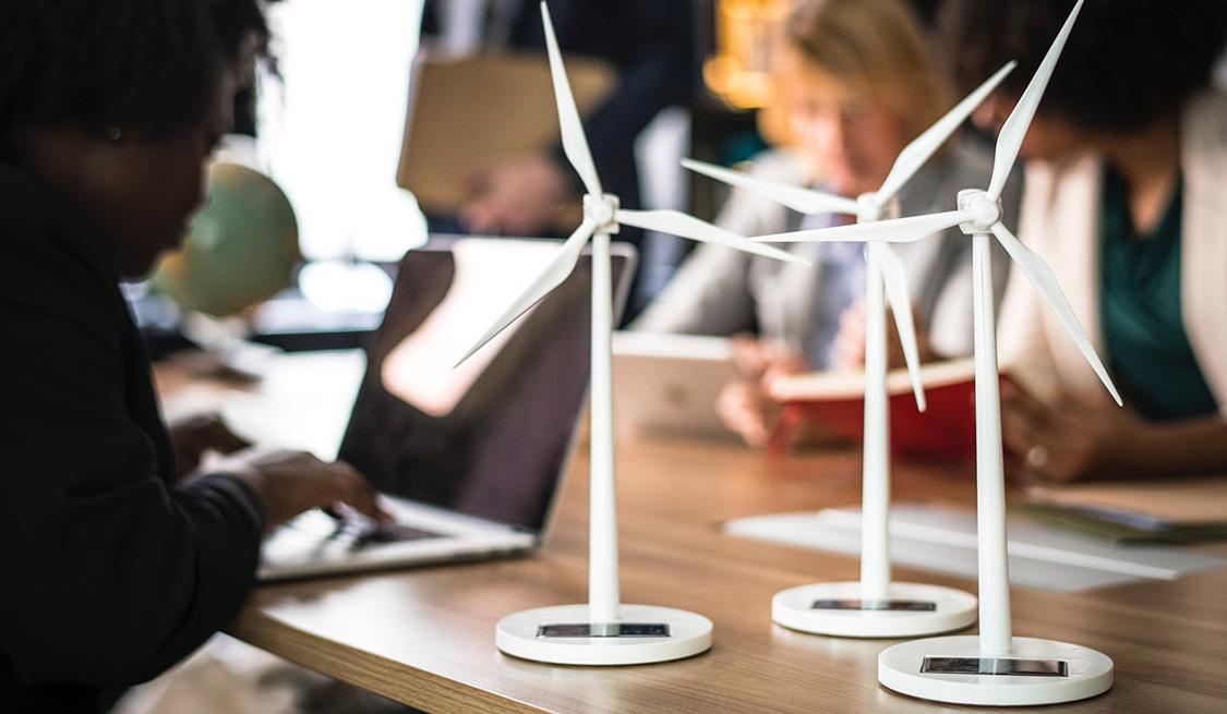 Kleine Modell Windräder angetrieben mit Solarenergie