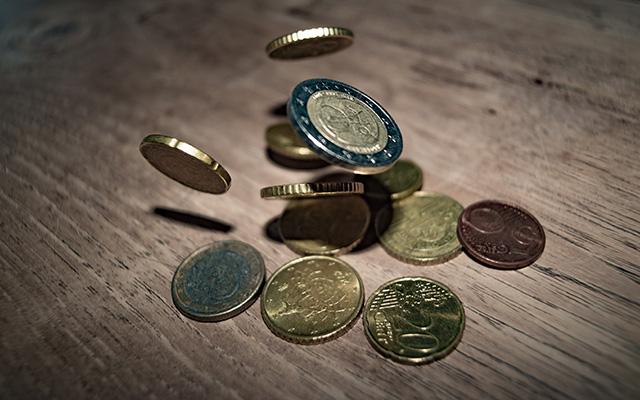 Geldmünzen fallen auf den Tisch