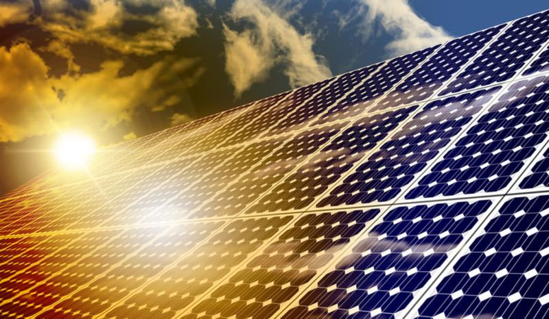 Solaranlagen mit strahlender Sonne und Himmel im Hintergrund