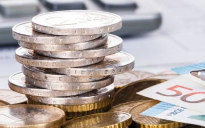 Geldmünzen und Scheine liegen auf dem Tisch.