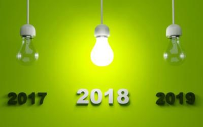 Drei Glühlampen mit den Jahreszahlen 2017 bis 2019 hängen von der Decke. Die Lampe mit 2018 leuchtet.