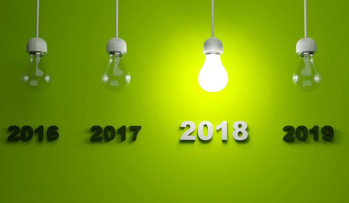 Vier Glühlampen mit den Jahreszahlen 2016 bis 2019 hängen von der Decke. Die Lampe mit 2018 leuchtet.