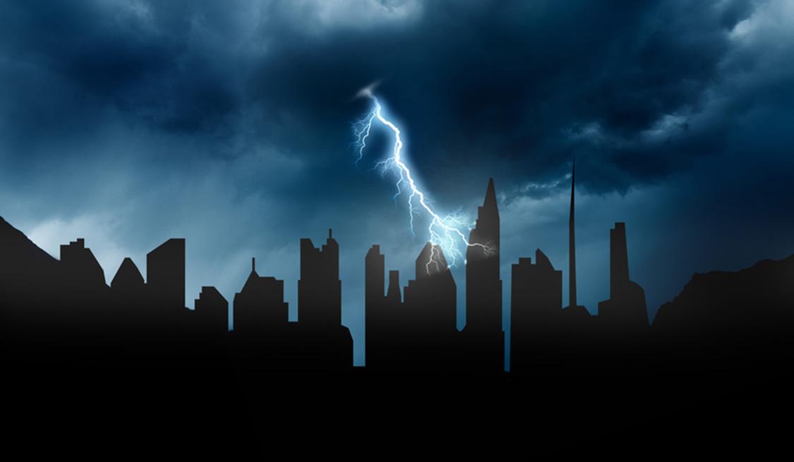 Schwarze Skyline einer Stadt. Ein Blitz schlägt in ein Gebäude ein.