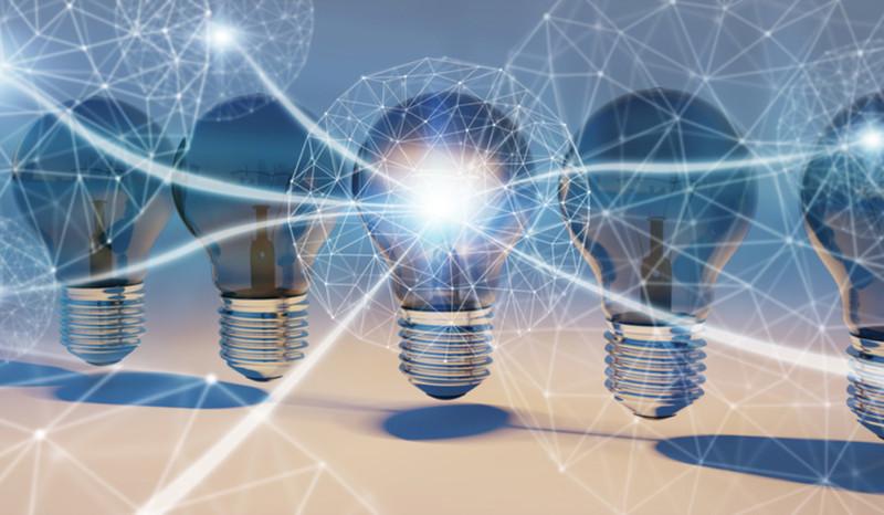 6 schwebende Glühlampen in einer Reihe. Aus einer strahlt Energie aus.