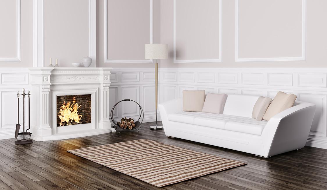 Wohnzimmercouch, Stehlampe und Teppich bei einem Kaminfeuer.