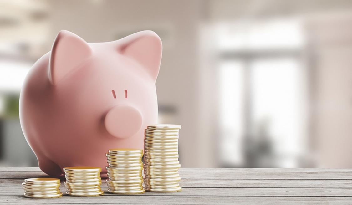 Sparschwein mit Geldmünzen.
