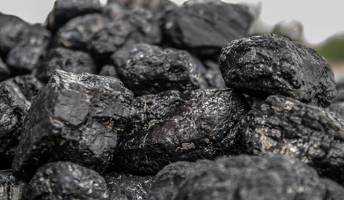 Ein Haufen mit schwarzen Kohle-Stücken.