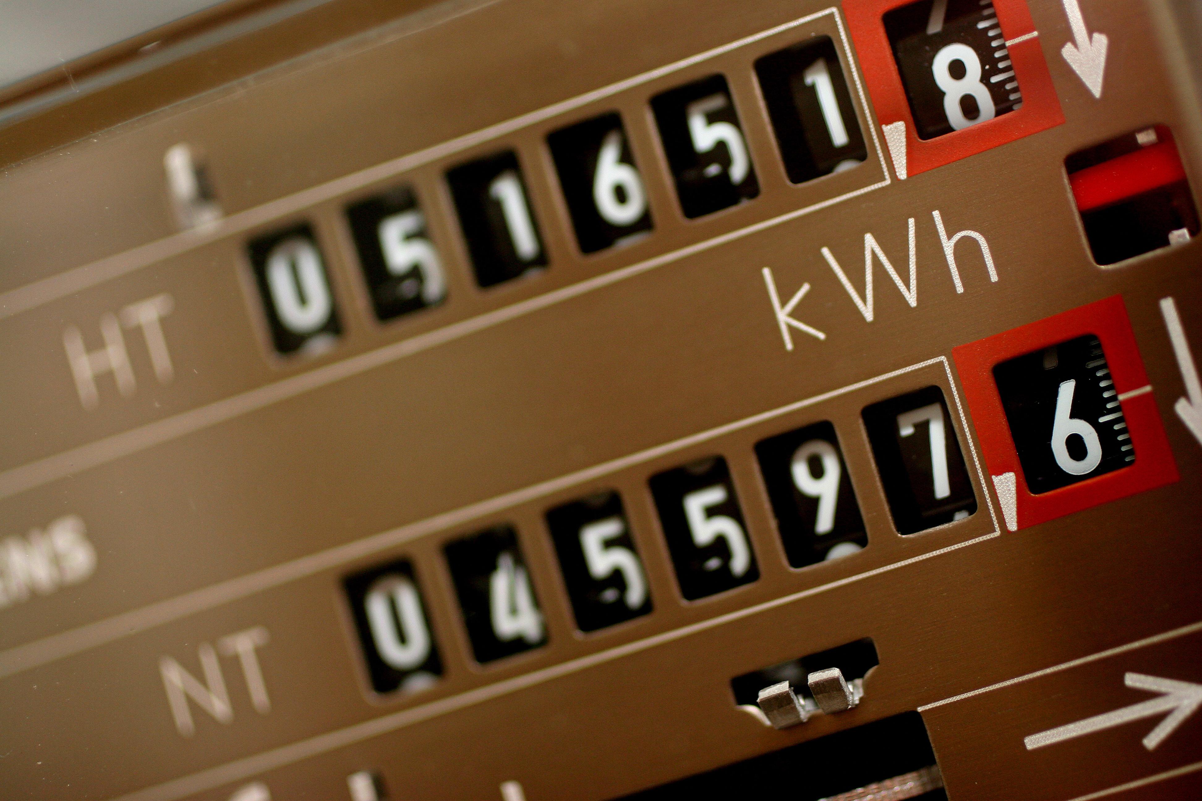 Ein Doppeltarifzähler neben einem gewöhnlichen Stromzähler.