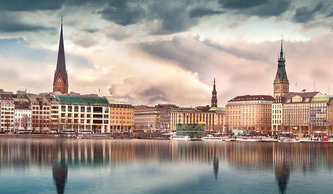 Blick von der Elbe auf Hamburg