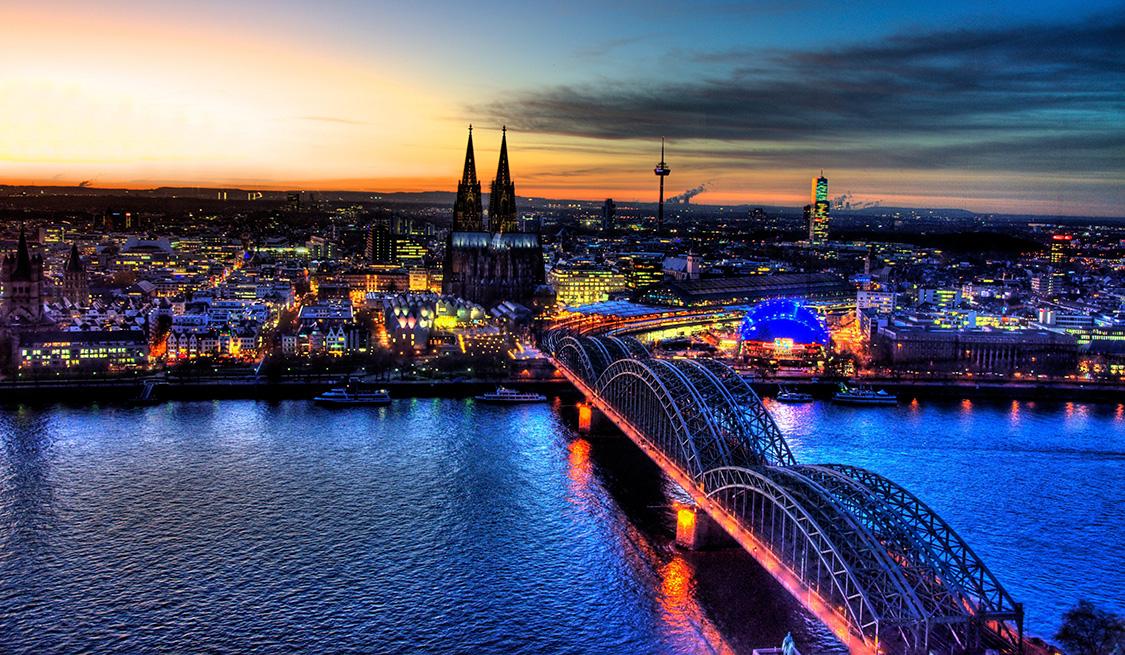 Blick von oben auf die erleuchtete Stadt Köln
