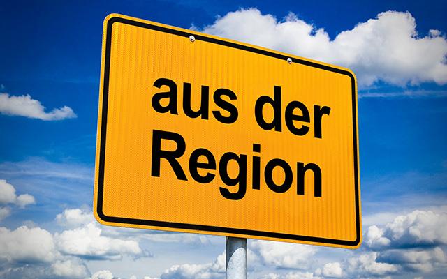 """Ortsschild mit der Aufschrift """"aus der Region"""" mit blauem Wolkenhimmel im Hintergrund"""