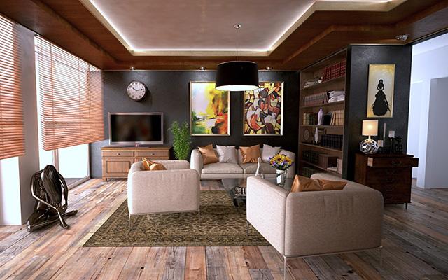 Wohnlich eingerichtetes Wohnzimmer mit Couch-Garnitur und Bücherregal