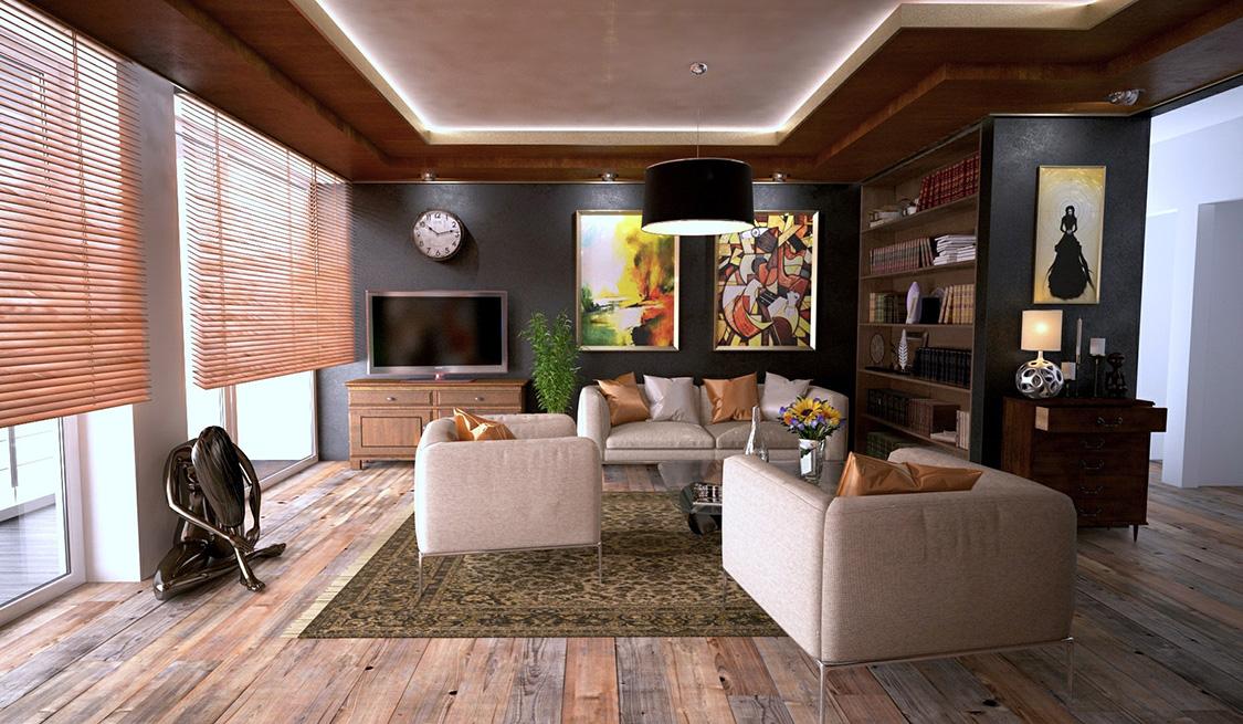 Wohnlich eingerichtetes Wohnzimmer mit Couch-Garnitur, TV und Bücherregal