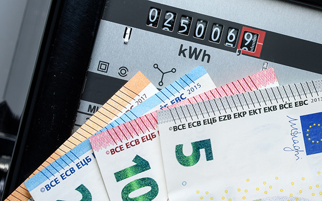 Bargeldscheine und Stromzähler.
