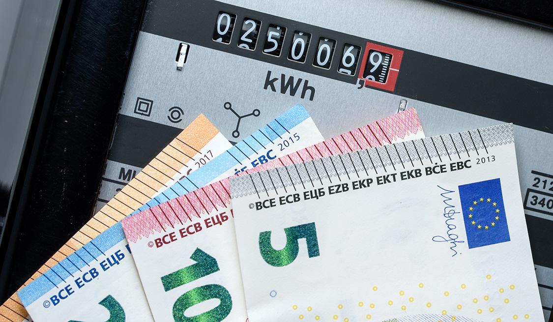 Bargeldscheine und Stromzähler
