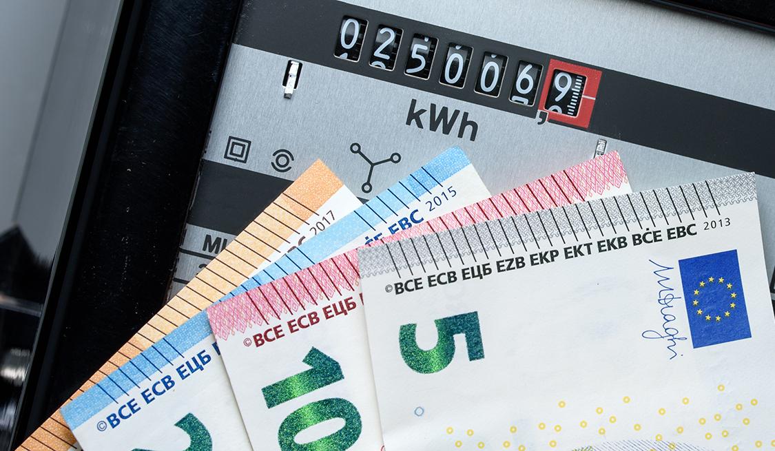 Stromzähler und Bargeldscheine
