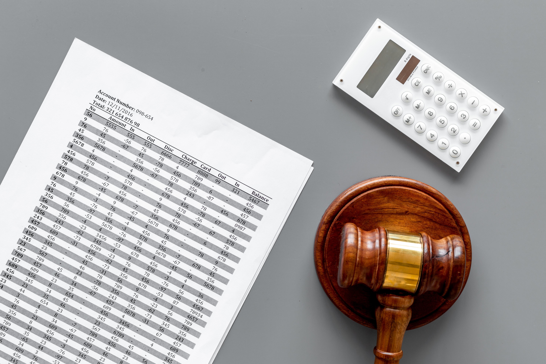 Taschenrechner und Insolvenz-Hammer